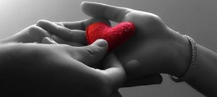 due-mani-e-un-cuore